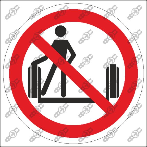 Знак P55 — Прислоняться к движущимся частям эскалатора запрещено